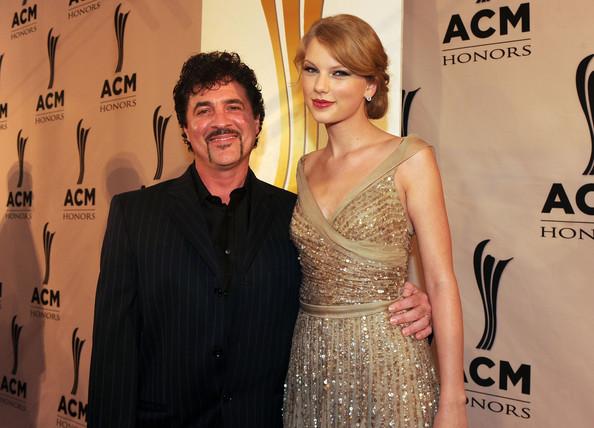 Taylor-Swift-Scott-Borchetta-5th-Annual-ACM-KVeHw_wSLz_l